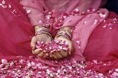 famme indienne avec petale de roses